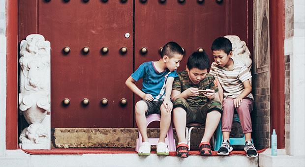 kinderen, smartphone, rode deur