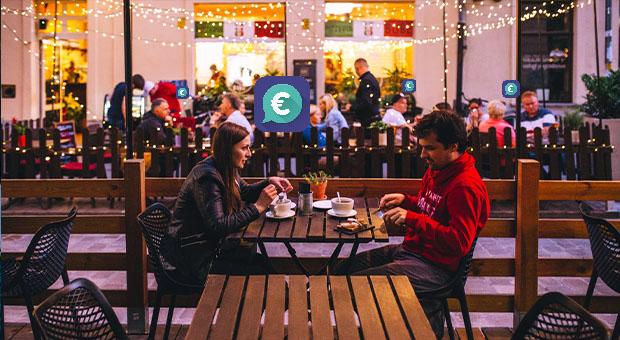 couple having dinner tikkie app geld besparen met je smartphone