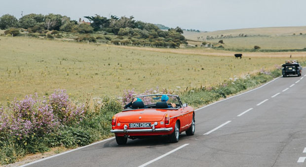 roadtrip - country side- couple - orange car - apps voor onderweg